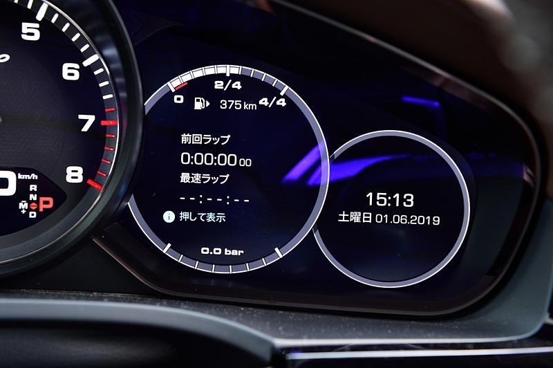 先代モデルから刷新したインテリアでは、インパネ中央のタッチスクリーンディスプレイをはじめ、18way調整式のスポーツシート、マルチファンクションスポーツステアリングなどを装備。ステアリング右側には走行モードを選択可能な丸形形状のスイッチが付く