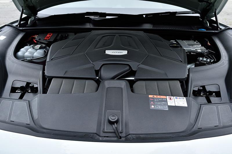 カイエンが搭載するV型6気筒 3.0リッターシングルターボエンジンは最高出力250kW(340PS)/5300-6400rpm、最大トルク450Nm/1340-5300rpmを発生。0-100km/h加速は6.2秒(スポーツクロノパッケージ装備車は5.9秒)で、最高速は245km/h