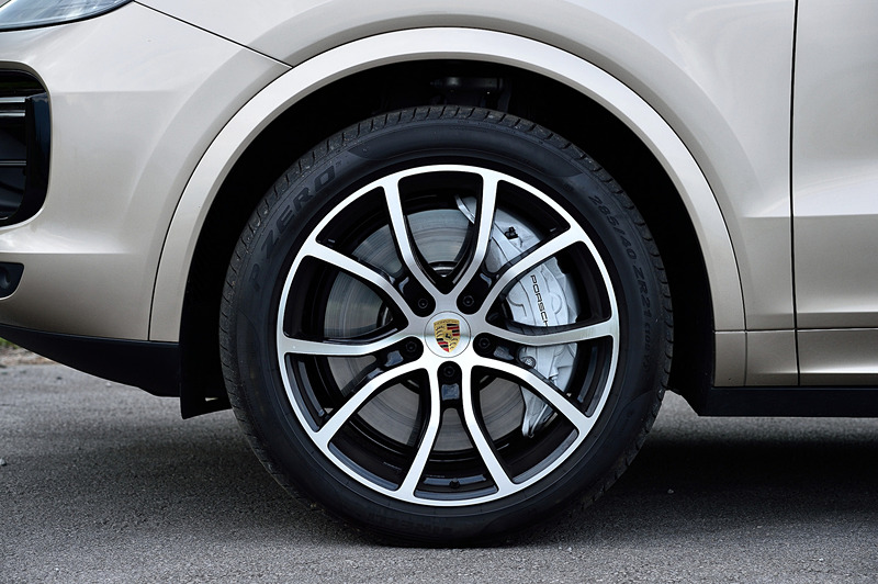 エクステリアでは2列に並ぶフロントライトモジュールが特徴的なLEDヘッドライト、21インチの専用アルミホイール(タイヤはピレリ「P ZERO」で、フロント:285/40ZR21、リア:315/35ZR21)、専用のツインテールパイプなどを装備。カイエン ターボならではの装備としては、選択されたドライビングモードや走行速度などによって角度を自動調整する「アダプティブルーフスポイラー」が挙げられる