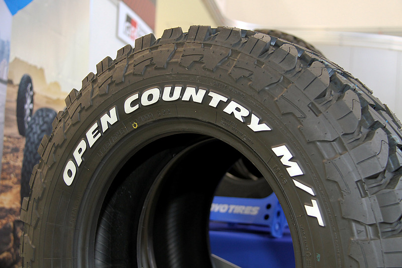 FLEX SHOW AIKAWA RacingをスポンサードするTOYO TIRES。参戦車両のランドクルーザーに使うOPEN COUNTRY M/Tなどを中心に展示を行なった