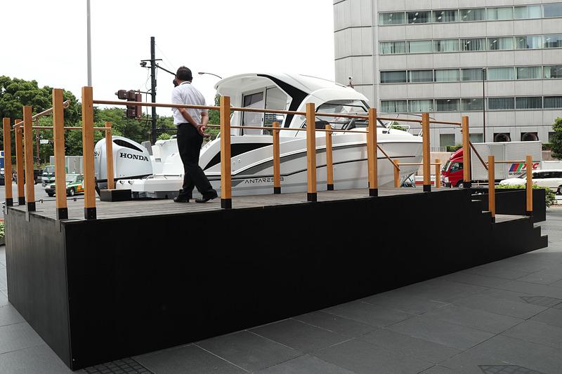 クルーザーの右側にウッドデッキ風の階段が設置され、キャビンに立って記念撮影することも可能