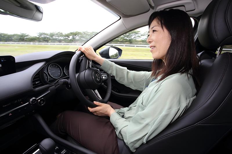 人間工学に基づいたシート形状で、これまでにないフィット感で運転できた