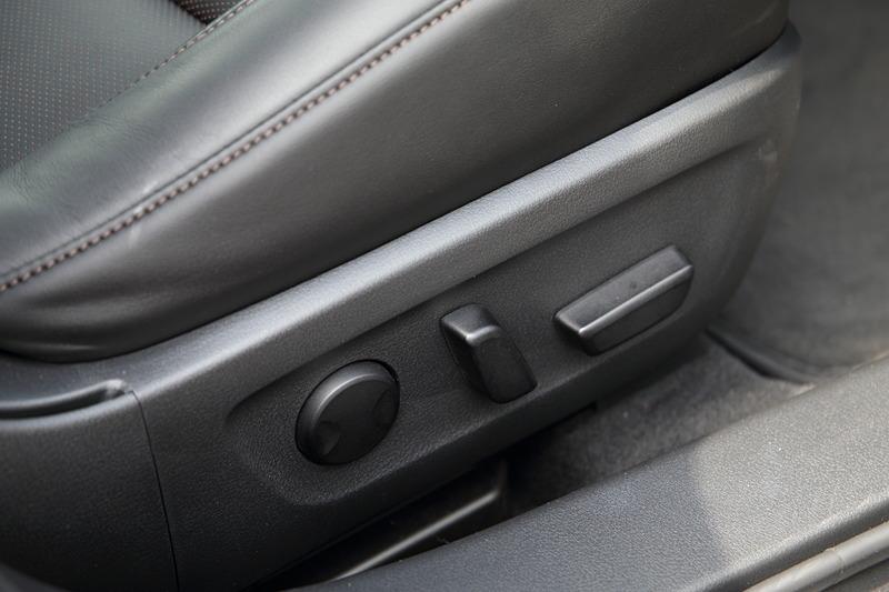 ベースグレードを除く全車で、今回から新しくサイサポートにも対応した10ウェイパワーシート(運転席)を採用