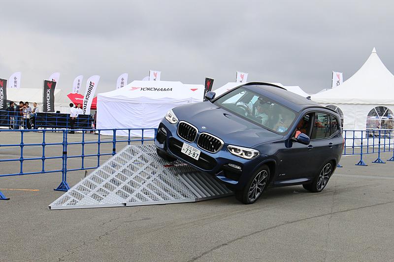 角度の急なバンク路ではタイヤが宙に浮くような姿勢になることもあるが、駆動力を適切に配分してしっかりと走り抜ける