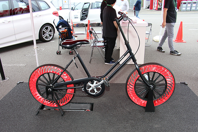 ブリヂストンブースでは「エアフリーコンセプト」のタイヤを装着した自転車を展示。会場の都合で自由に走らせることはできなかったが、ゴムローラーに突起を設定して乗り心地を体感できるようにしていた