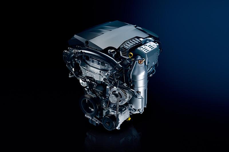 """直列3気筒 1.2リッター""""PureTech""""ターボエンジンは最高出力96kW(130PS)/5500rpm、最大トルク230Nm/1750rpmを発生。JC08モード燃費は16.9km/L、WLTCモード燃費は15.9km/Lとなっている"""