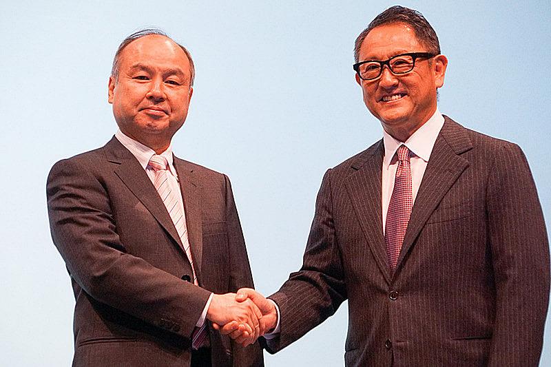 2018年10月に行なわれたトヨタ自動車とソフトバンクのMONET Technologies設立共同記者会見に登壇した、トヨタ自動車 代表取締役社長 豊田章男氏(右)と、ソフトバンクグループ代表 孫正義氏(左)