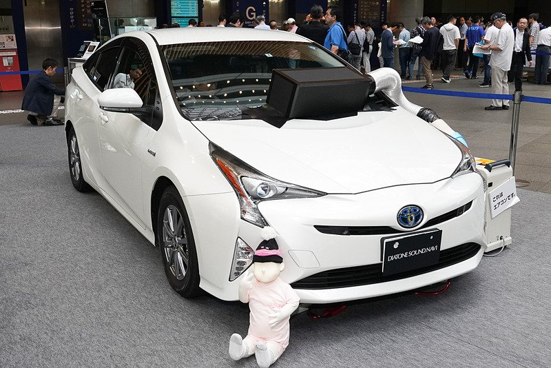 三菱電機ブースに展示されたトヨタ「プリウス」のデモカーはヘッドユニット交換のみを実施