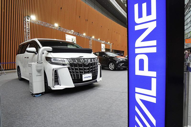 アルパインはトヨタ「アルファード」のデモカーに「ビッグX」とリフトアップ3ウェイスピーカーを装備