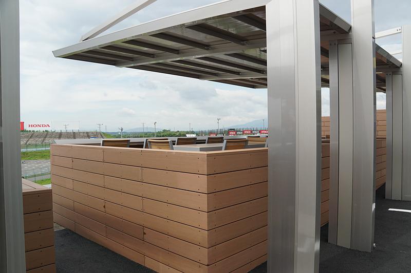 観戦席は各BOXごとに仕切られている。屋根付きのため天候に左右されることなくレースを楽しめる