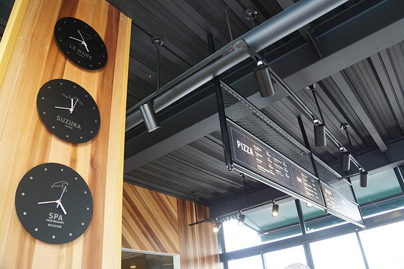 ル・マンやスパ・フランコルシャンの時刻も確認できるカフェスペース