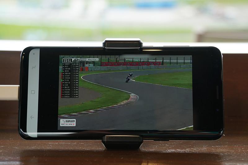 導入予定の映像配信サービス。取材日はデモ機が用意されており、サーキットに設置されているカメラの映像をアプリによって見ることができ、ラップタイムなどを確認することもできた