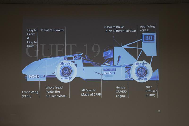 大会はパイロンでコースを作っていて、コンパクトに曲がる区間も多い。そこでマシンは旋回性のよさを重視した作り。加えてドライバーの視界のよさも確保してドライビングもしやすくする。エンジンは軽量な単気筒エンジン(ホンダ CRF450用)を使用