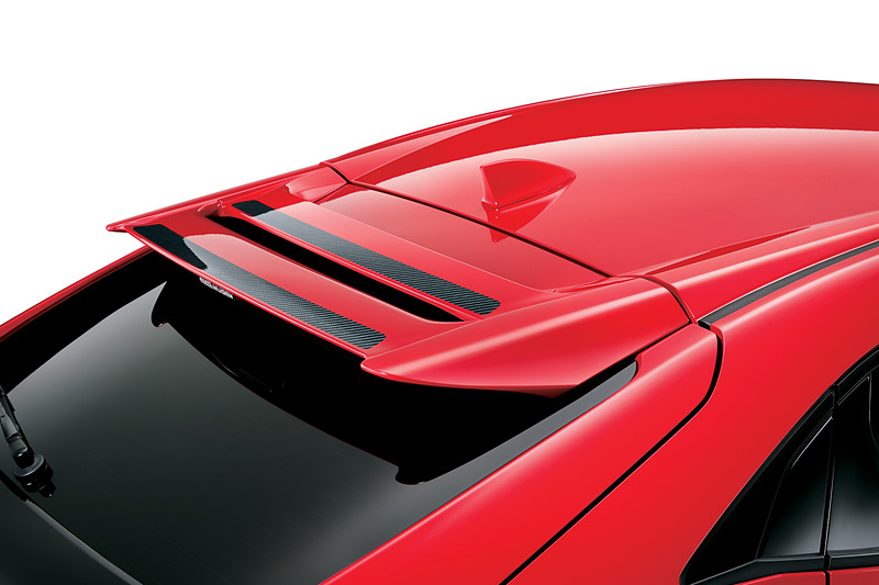テールゲート上端に装着する「テールゲートスポイラー」(9万1800円)。スポイラーの一部をウェットカーボンとしてスポーティさを演出。FRP製