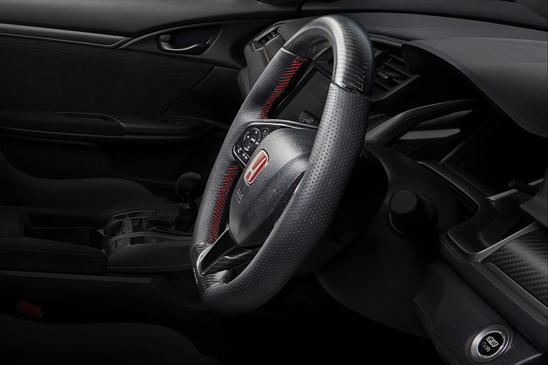 スポーツ走行からワインディングまでさまざまなドライブシーンを想定し、形状、材質にこだわり抜いた無限オリジナルデザインの「スポーツステアリングホイール」(8万9100円。10月下旬発売予定のため、消費税10%課税価格)。さまざまなグリップポジションでも高いフィッティングにより、安定感のある操作性を実現。材質はステアリング上下にはドライカーボン、左右にはパンチングレザーを採用。ステッチはユーロステッチのレッドを採用。標準装備ステアリングホイールを取り外し、標準装備エアバッグ/スイッチを無限製ステアリングに移設して装着
