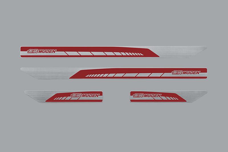 ブラック(左)、レッド(右)の2タイプを用意した無限ロゴ入りのヘアライン仕上げ「スカッフプレート」(1万2960円)。フロント/リアの4枚セット