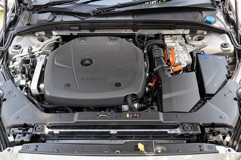 T6では直列4気筒DOHC 2.0リッター直噴ターボエンジン(スーパーチャージャー付)に電気モーターを組み合わせ、エンジンの最高出力は186kW(253PS)/5500rpm、最大トルクは350Nm(35.7kgfm)/1700-5000rpmを発生。エンジンとモーターの合計出力は340PS