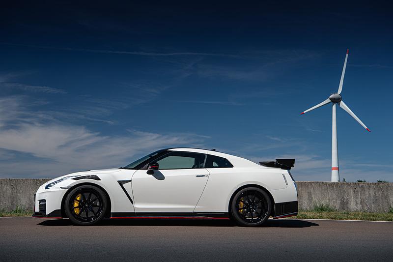 今回ドイツで試乗したのは「GT-R NISMO」の2020年モデル。日本では5月中旬から先行予約受付を開始しているが、価格は現時点で未発表。ボディサイズは4690×1895×1370mm(全長×全幅×全高)、ホイールベースは2780mm。車両重量は1720kgで、前後重量配分は54:46。Cd値0.26はそのままに機能的なデザイン変更を行なったという