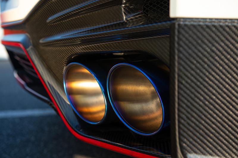 9スポークデザインを採用したGT-R NISMO専用のレイズ製20インチ鍛造アルミホイールは、合計で100g軽量化しながら剛性を高めることに成功したという。その奥にのぞくブレンボ製の専用カーボンセラミックブレーキでは世界最大級のフロント410mm、リア390mmのカーボンセラミックローターに専用高剛性キャリパーを組み合わせる