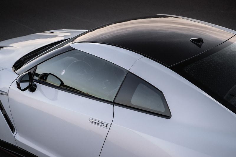 GT-R NISMO 2020年モデルのエクステリアではルーフ、エンジンフード、フロントフェンダーに新たにカーボンを用いることで約10kg軽減、加えて各コンポーネントを軽量化することで計約30kgの軽量化を実現した。また、エンジンルームからの熱を逃がすとともにエンジンルーム内の内圧を下げ、エアダクトの排出風によってフェンダー外表面の流速を下げる効果のあるエアダクトをフロントフェンダーに装備している