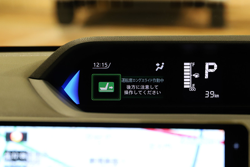 運転席ロングスライドシートが使えることがTFTカラーマルチインフォメーションディスプレイに表示される