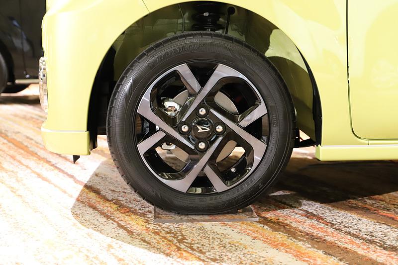 タント X(マスタードイエローマイカメタリック)のディーラーオプション装着車