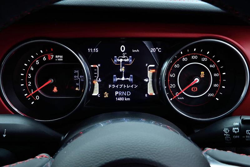 アンリミテッド・ルビコンのインテリアでは専用のレザーシートをはじめ、レッドカラーのインストルメントパネル(ボディ色がパンプキンメタリックの場合はシルバーカラー)、サブバッグなどが取り付け可能なフロントシートバックアタッチメントなどを装備