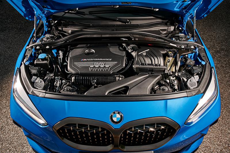 M135i xDriveは「BMWグループでラインアップする4気筒エンジンで最もパワフル」と評される直列4気筒2.0リッターターボエンジンを搭載。最高出力は225kW(306HP)/4500-6250rpm、最大トルクは450Nm/1750-5000pmを発生する