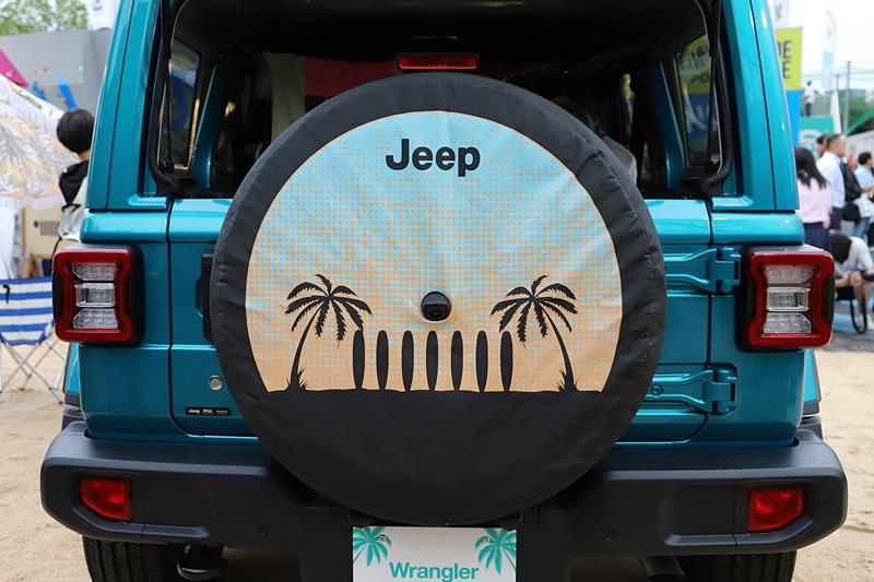 南国のビーチをイメージしたパームツリーのアイコンが入った「ソフトスペアタイヤカバー」を装着