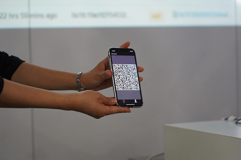 キーを受け取る方がQRコードを表示して、送る方がカメラで読み取る