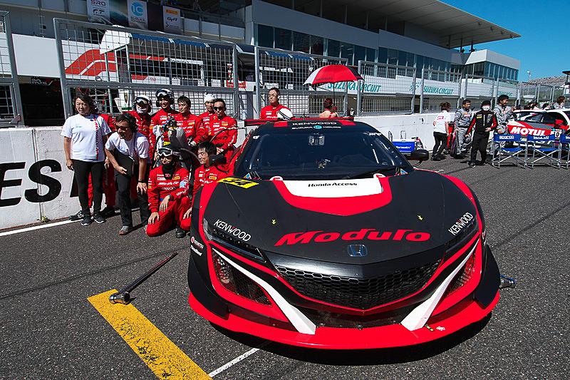 エンジン形式も駆動方式も異なるマシン同士が性能調整によって同じレースで争う。さらにSUPER GT GT300クラスのマシンやスーパー耐久マシンも共に争う