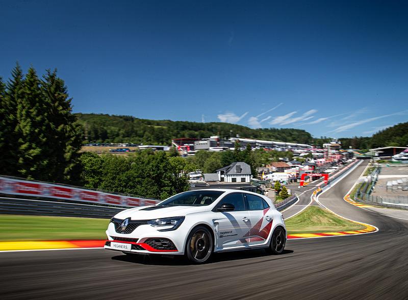 「メガーヌ R.S. トロフィ-R」がスパ・フランコルシャンサーキットで量産モデルのFF車最速タイムを記録