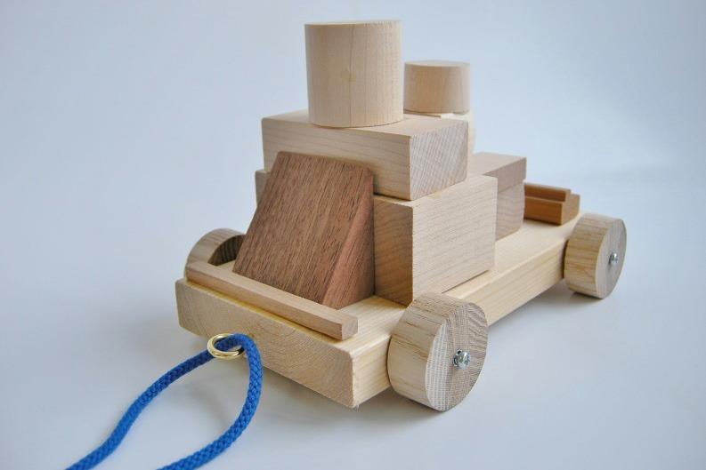 木のブロックを組み合わせてかっこいいクルマを作ってみるワークショップ