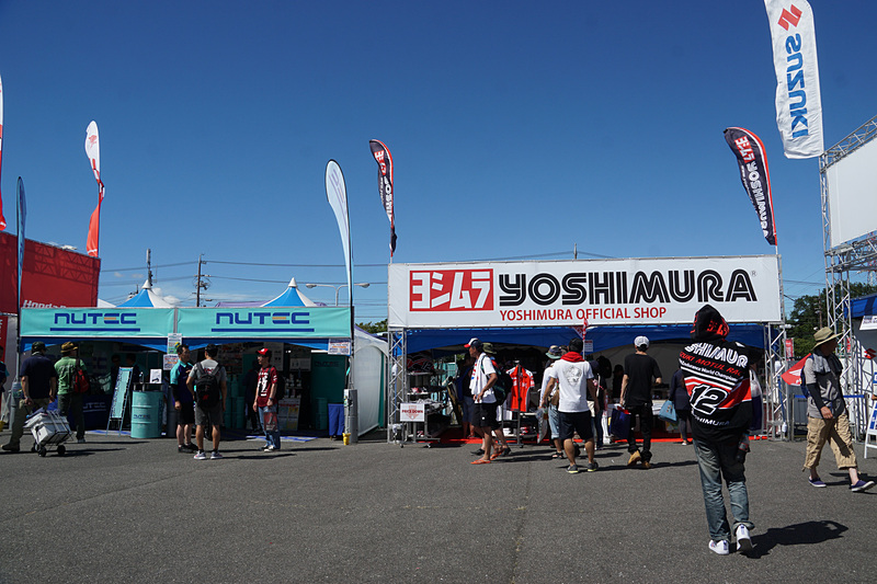 鈴鹿8耐に関連するメーカーやチームがブースを出展している