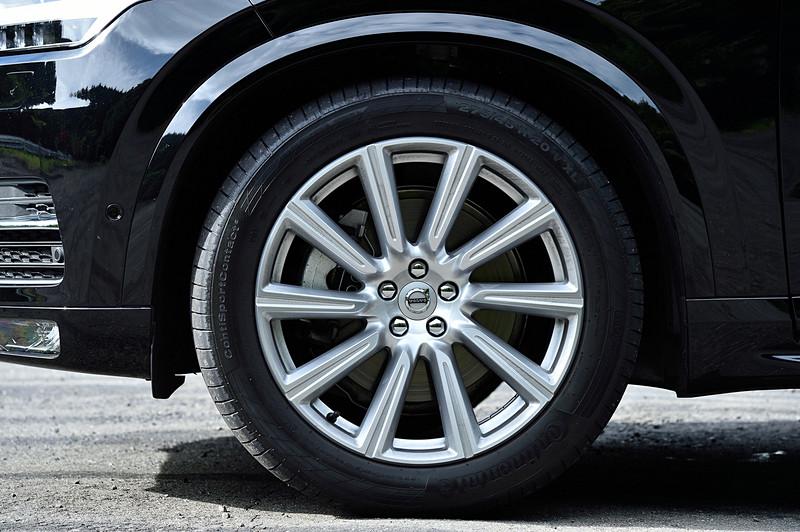もう1台の試乗車はディーゼル仕様の「XC90 D5 AWD」。プログラムの書き換えにより最高出力は235HPから240HPに、最大トルクは480Nmから500Nmに増加。さらに20秒間限定のオーバーブースト機能も備わり、このときの最高出力は255HP、最大トルクは520Nmまで高められる