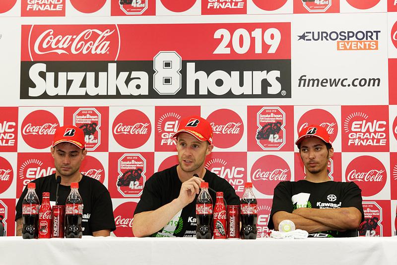 優勝が確定した10号車「Kawasaki Racing Team Suzuka 8H」。左からレオン・ハスラム選手、ジョナサン・レイ選手、トプラック・ラズガットリオグル選手