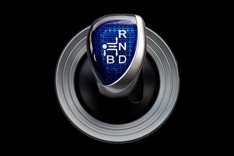 アクセルペダルを踏み間違えた時に警報音でドライバーに警告する。シフト操作ミスによる急発進も防ぐことができる