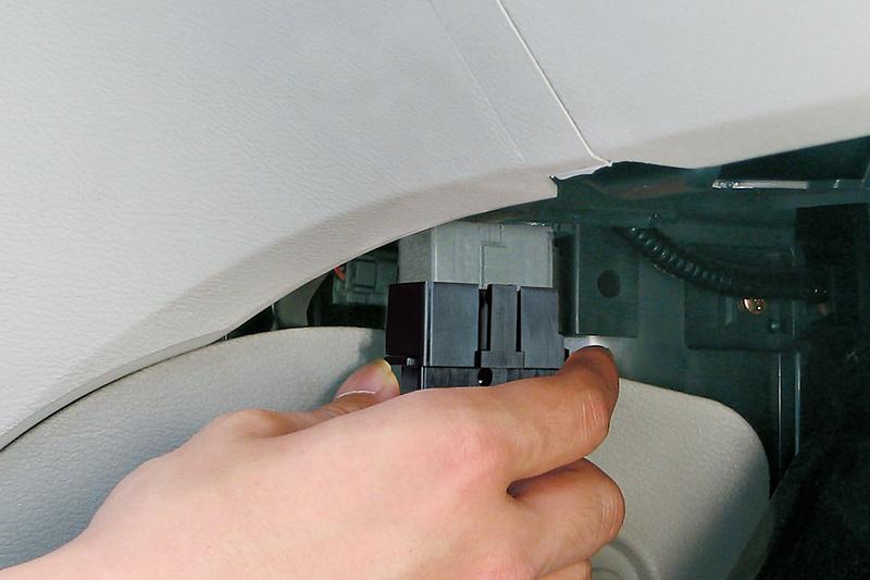 接続はOBD IIコネクターへ接続し、本体を両面テープで固定するだけ。車種ごとの設定などは不要
