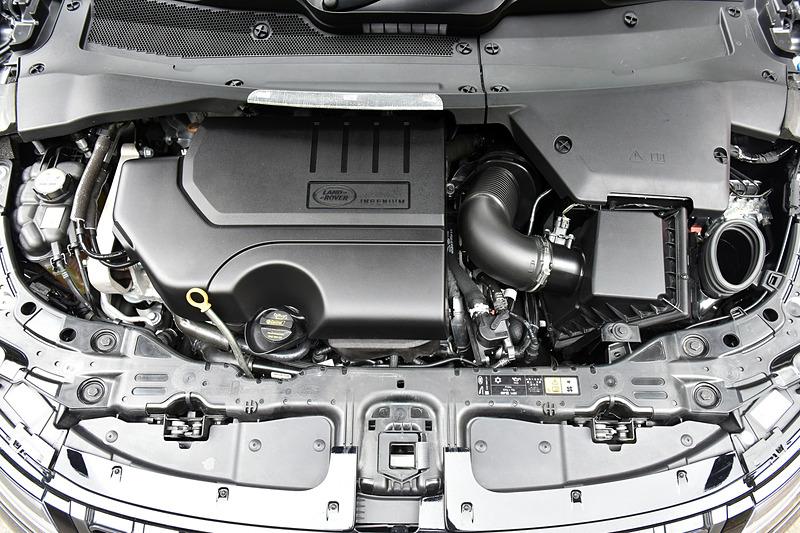 今回試乗したマイルドハイブリッドモデルの「レンジローバー イヴォーク R-DYNAMIC HSE P300 MHEV」(801万円)が搭載する直列4気筒DOHC 2.0リッターターボエンジンは、最高出力221kW(300PS)/5500-6000rpm、最大トルク400Nm/2000-4500rpmを発生。これに48Vバッテリー、BISG(ベルト・インテグレーテッド・スターター・ジェネレーター)、コンバーターを搭載し、17km/h以下に減速するとエンジンを停止させて減速エネルギーを蓄電し、溜めたエネルギーを発進時に動力として活用。全グレードともトランスミッションに9速ATを採用し、4輪駆動モデルになる