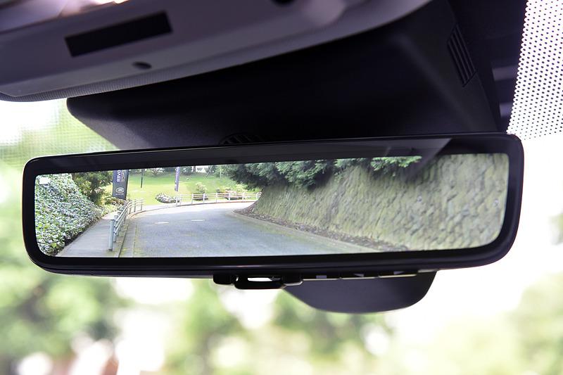 視野角50度の高解像度映像をルームミラーに映し出して視認性を高める「クリアサイト・インテリアリアビューミラー」はジャガー・ランドローバー初採用