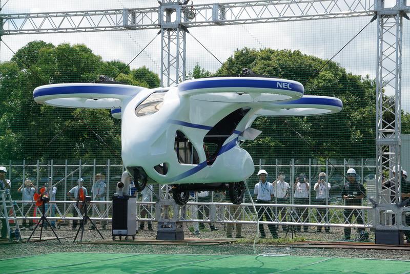 浮上に成功した「空飛ぶクルマ」の試作機。試作機には人などは乗っていない