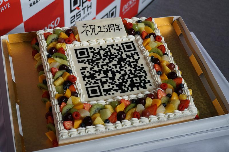 8月8日が誕生日というQRコード開発者の原昌宏氏。QRコードが描かれたバースデーケーキが用意された