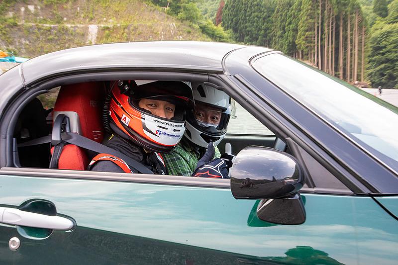 プロドライバーなどが講師として参加。希望者には自身のクルマを講師が運転して走らせ方を指南する同乗走行も行なっている