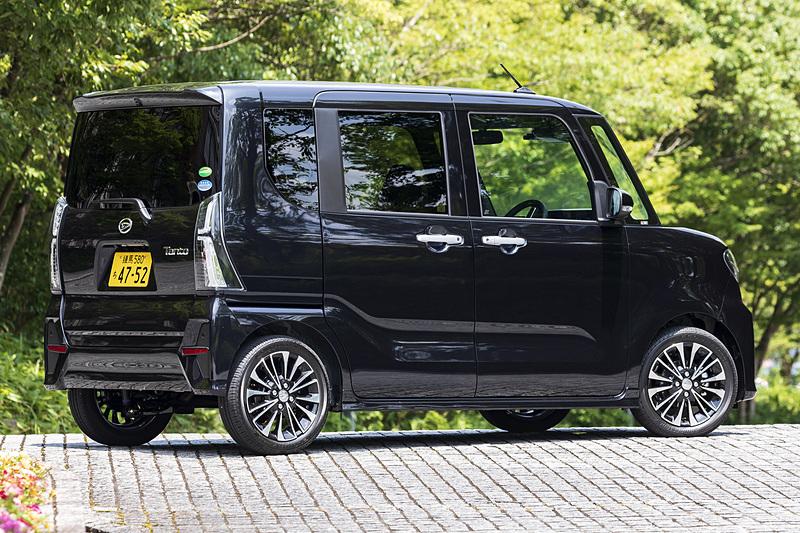新型「タント カスタム RS」の2WD(174万9600円)。ボディカラーは「パールブラック」。ボディサイズは3395×1475×1775mm(全長×全幅×全高)