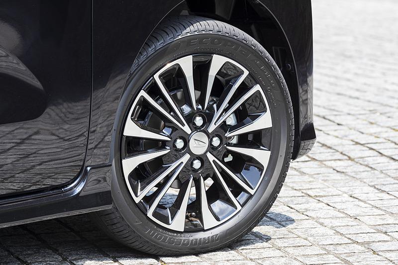 タント カスタム RSはシリーズの中で唯一15インチアルミホイール(切削)を装着。タイヤはブリヂストン製エコピアでXと同じ。タイヤサイズは165/55R15