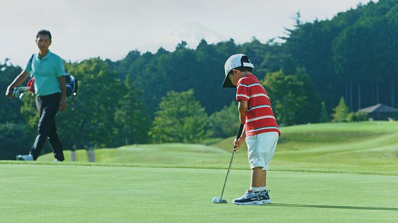 「4歳の天才少年ゴルファー」によってパッティングされたProPILOT GOLF BALLは、右に左にと複雑な軌跡を描き、時には加速しながらカップに吸い込まれていく