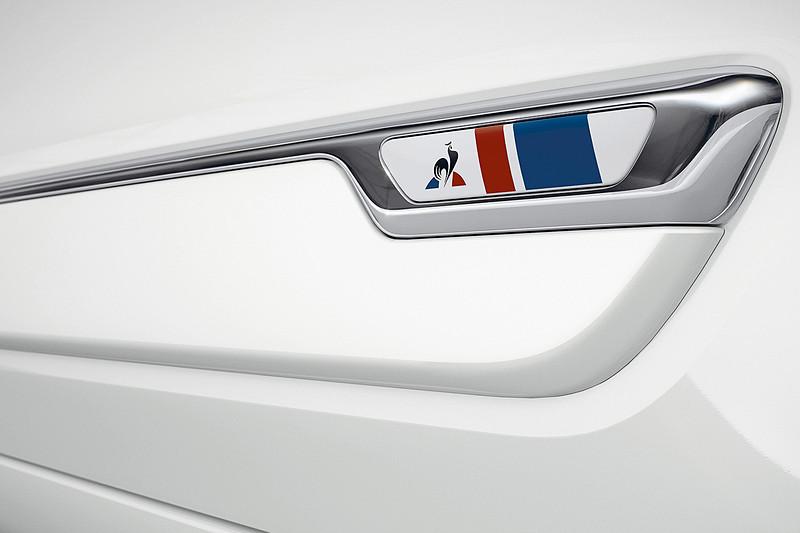 ボディの側面に雄鶏をモチーフとしたルコックスポルティフのロゴマークやフランス国旗と同じトリコロールのアクセントを設定