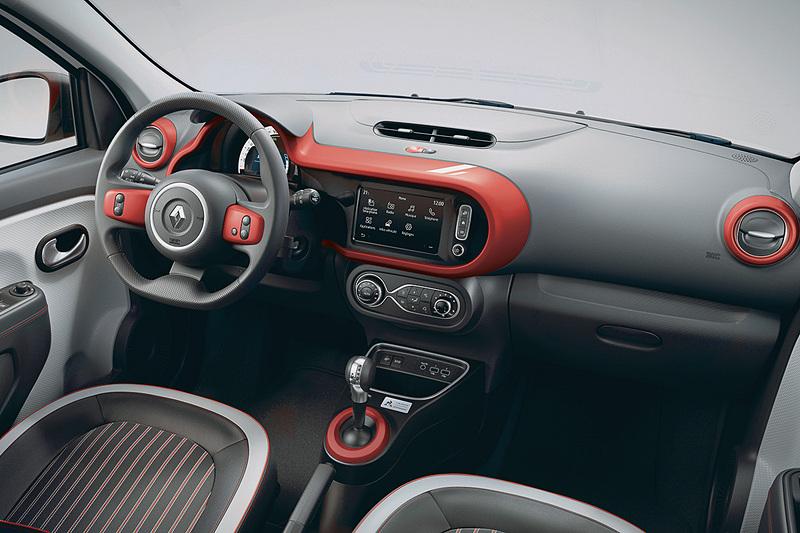 内装の要所にレッドを使った「ルージュ内装トリム」を採用。シフトセレクターの前方に専用プレートを装着する。写真は海外仕様で、国内販売車両は右ハンドル車となる