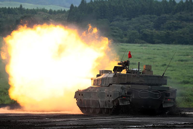 令和元年度富士総合火力演習の学校予行がスタート。射撃を行なう10式戦車