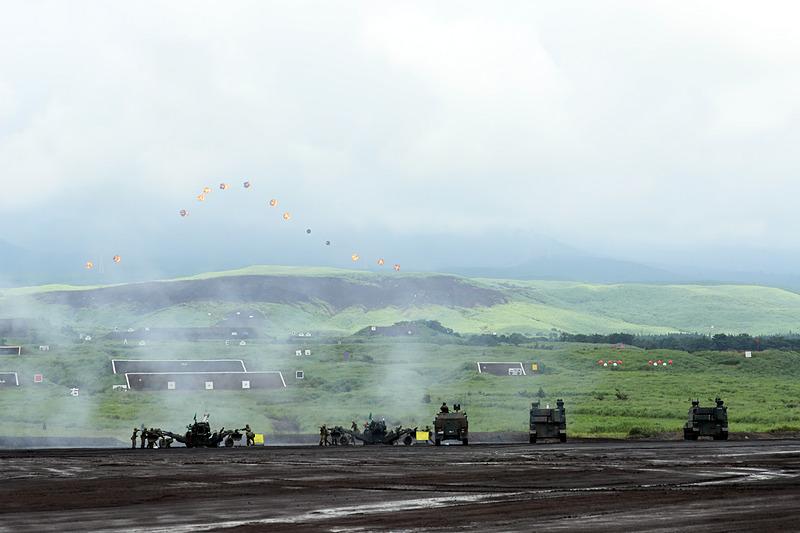 異なる火器による時間差を考慮しつつ炸裂した火炎を使って富士山を描く